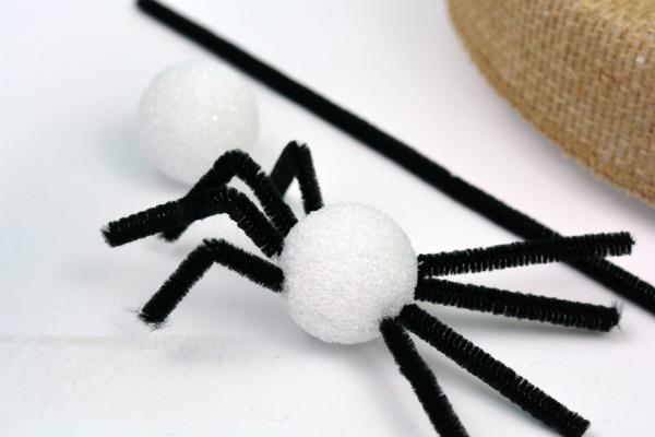 Spider Halloween Wreath Tutorial at www.happyhourprojects.com #MakeItFunCrafts