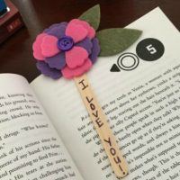 http://www.asweetberrysblog.com/2017/03/23/mothers-day-flower-bookmark/