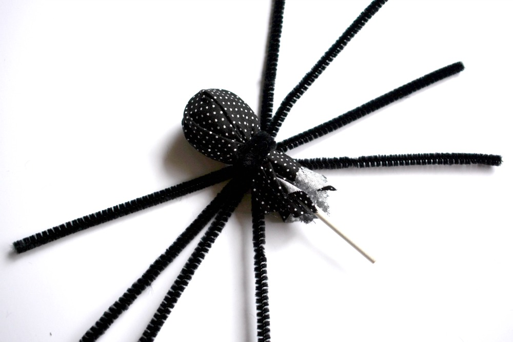 Kids Halloween Craft Spider Lollipop at happyhourprojects.com | This easy little spider is great for kids age 6 and up! Download the printable instructions for a great group craft or rainy day activity.