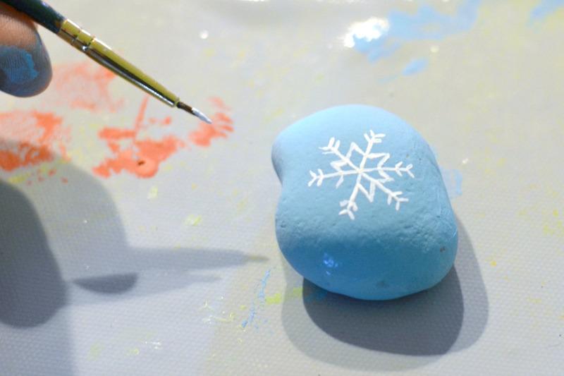 Gemalte Felsen Tic Tac Toe bei happyhourprojects.com |  Machen Sie dieses lustige Tic Tac Toe Set in dieser Saison!  Es ist tragbar, kinderfreundlich, einfach herzustellen und ein großartiger kleiner Langeweile-Buster!